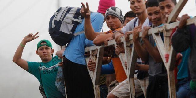 Honduran migrants gather to try forming new caravan